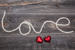 Ficelle de l'amour de perles et des coeurs rouges Photographie stock libre de droits