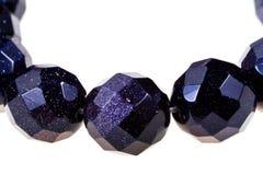 Ficelle des perles en pierre noires facettées Images libres de droits