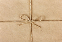 Ficelle ou ficelle attachée dans un arc sur le papier d'emballage photographie stock libre de droits