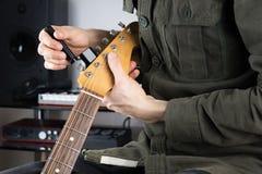 Ficelles changeantes de guitare électrique Photo stock