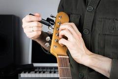 Ficelles changeantes de guitare électrique Photos libres de droits