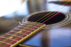 Ficelles colorées sur la guitare Photographie stock libre de droits