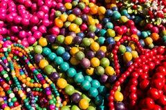 Ficelles colorées de semi-précieux, d'en bois et de verre Photographie stock libre de droits