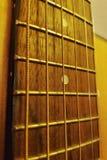 Ficelles de guitare acoustique, panneau de frette et plan rapproché de frettes photo libre de droits