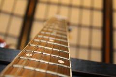 Ficelles du bras six de guitare acoustique Photographie stock libre de droits