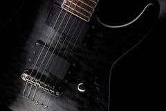 Ficelles et collectes de guitare électrique d'isolement sur le fond noir image libre de droits