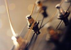 Ficelles ficelées sur le col d'une guitare photos stock