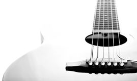 Ficelles sur une guitare. Image noire et blanche. Image libre de droits