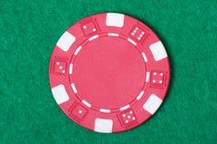 Ficha de póker roja en la tabla del casino fotos de archivo