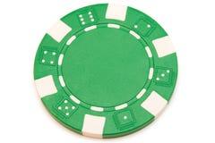Ficha de póker verde aislada en blanco foto de archivo