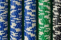 Fichas de póker azules, verdes, negras Imagen de archivo libre de regalías