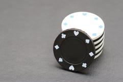 Fichas de póker blancas y negras Fotografía de archivo