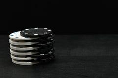 Fichas de póker blancas y negras Foto de archivo