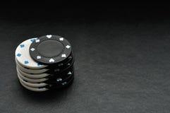 Fichas de póker blancas y negras Imagen de archivo