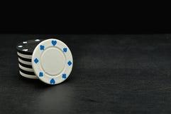 Fichas de póker blancas y negras Imagenes de archivo