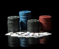 Fichas de póker coloridas con las tarjetas Imágenes de archivo libres de regalías