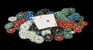 Fichas de póker coloridas con las tarjetas Fotos de archivo libres de regalías