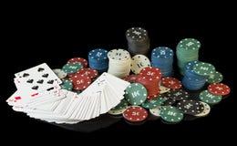 Fichas de póker coloridas con las tarjetas Imagen de archivo