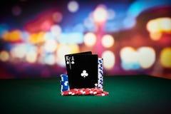 Fichas de póker con las tarjetas negras Foto de archivo