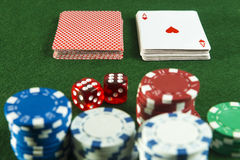 Fichas de póker de los dados de los pares del corte de los naipes del paquete Fotografía de archivo libre de regalías