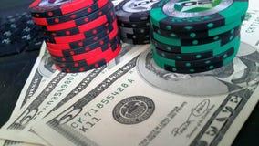 Fichas de póker, dinero en un ordenador portátil Fotos de archivo libres de regalías