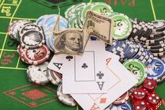 Fichas de póker, dinero, naipes Foto de archivo libre de regalías