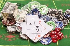 Fichas de póker, dinero, naipes Fotos de archivo libres de regalías
