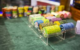 Fichas de póker en casino fotos de archivo libres de regalías