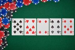 Fichas de póker en la tabla con las tarjetas Fotografía de archivo libre de regalías