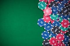 fichas de póker en la tabla verde del casino, fondo de la frontera fotos de archivo