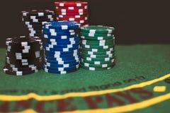Fichas de póker llenadas para arriba Fotos de archivo libres de regalías