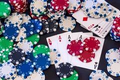 Fichas de póker mezcladas con las tarjetas fotografía de archivo