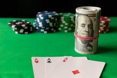 Fichas de póker, naipes y torcido 100 billetes de banco en el gree Imagen de archivo libre de regalías