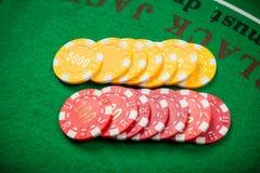 Fichas de póker y billetes de banco en la tabla imagen de archivo