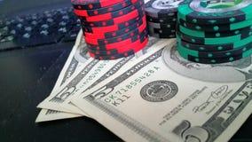 Fichas de póker y dólares Foto de archivo