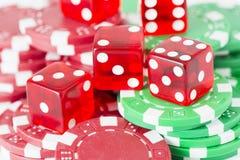 Fichas de póker y dados rojos del casino Imagenes de archivo