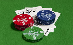Fichas de póker y naipes Imagenes de archivo