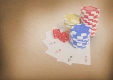 Fichas de póker y naipes del casino Fotografía de archivo libre de regalías