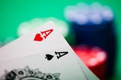 Fichas de póker y tarjetas Fotografía de archivo libre de regalías