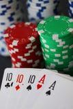 Fichas de póker y tarjetas que muestran la casa llena con 10 y el as en cierre para arriba Fotografía de archivo