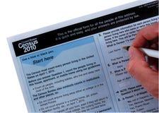 Fiche 2010 de recensement, avec la main et le crayon lecteur Image stock