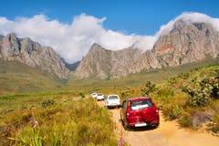 Fichero de la conducción de automóviles 4x4 encima de las montañas Fotos de archivo