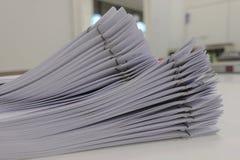Fichero del documento del informe de negocios sobre el escritorio de oficina, para la conferencia fotos de archivo