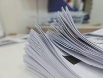 Fichero del informe de negocios en el escritorio de oficina fotografía de archivo