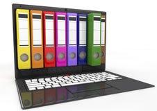 Fichero en base de datos. ordenador portátil con las carpetas de anillo coloreadas Foto de archivo libre de regalías