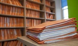 Fichero en la oficina para los diversos trabajos fotos de archivo libres de regalías