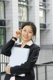 Fichero joven del woth de las mujeres de negocios Fotografía de archivo