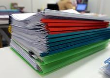 Fichero plástico multicolor del canto con los documentos imagen de archivo libre de regalías