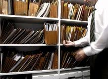 Ficheros del hombre de negocios en estante Imágenes de archivo libres de regalías