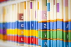 Ficheros médicos en estante Imágenes de archivo libres de regalías